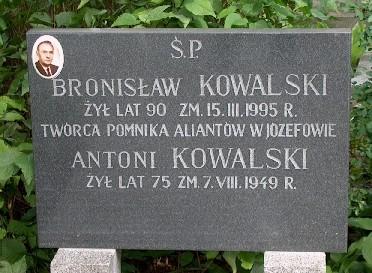 Pomnik Bronisława Kowalskiego na zmentarzu w Józefowie