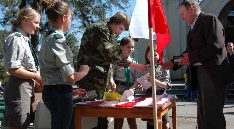 Kolportowanie flag przed świętem Konstytucji 3 Maja