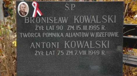 """Akcja """"Wstążka 2012"""" na cmentarzu w Józefowie"""